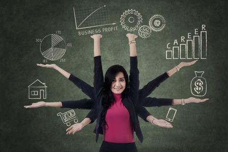 Multitasking zakenvrouw met acht handen die prioriteit dingen