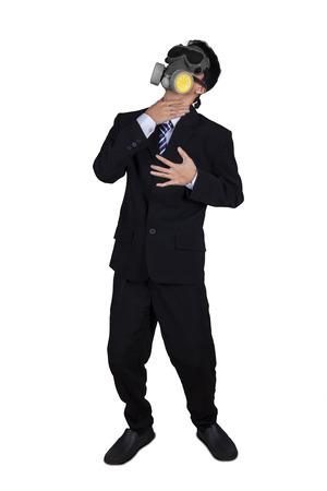 mascara de gas: Empresario que llevaba una máscara de gas y dejar de respirar, aislado en fondo blanco Foto de archivo