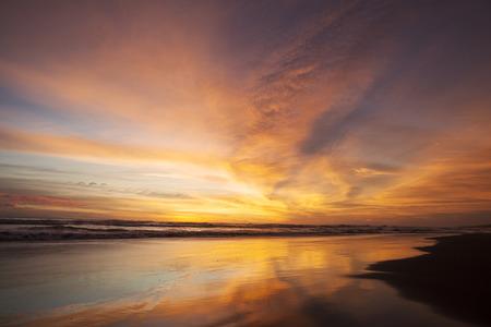 cielo despejado: Un hermoso paisaje al atardecer de tiempo en la playa tropical con naranja reflexi�n del color del cielo