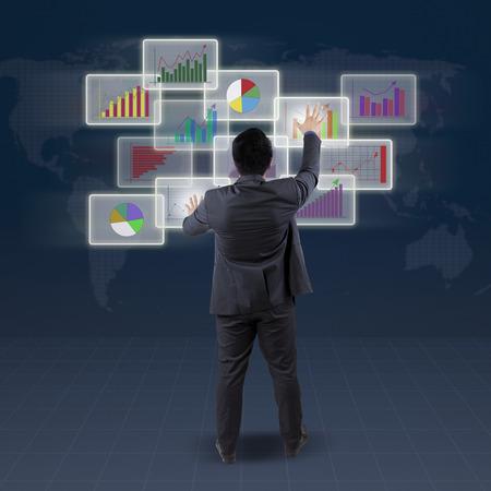 Vue arrière de banquier en utilisant l'interface futuriste pour gérer finance chart Banque d'images