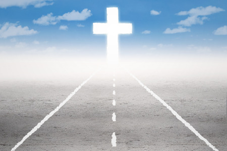 obediencia: Camino vacío con una cruz en la final de la carretera