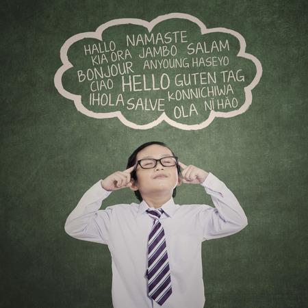 Onderwijsconcept: schooljongen leren meertalige op klasse Stockfoto
