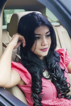 erfolgreiche frau: Portrait der erfolgreichen Frau fahren ein neues Auto beim Entspannen im Auto Lizenzfreie Bilder