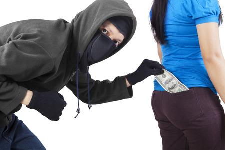 delincuencia: Retrato de ladr�n llevaba m�scara y chaqueta, tomar dinero de bolsillo de la mujer