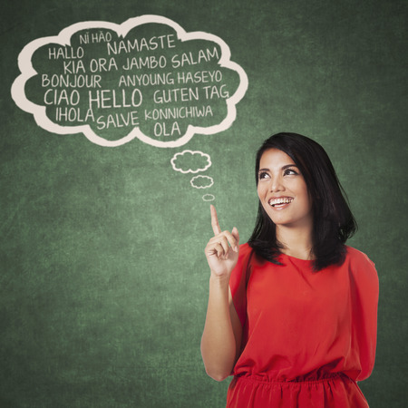 Portrait de femme lycéen pointant nuage bulle de plusieurs langues. Concept de la multi apprentissage des langues