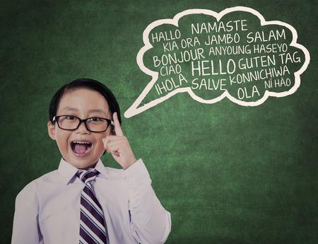 languages: Concepto de la educación: Colegial aprender lenguaje universal en la clase