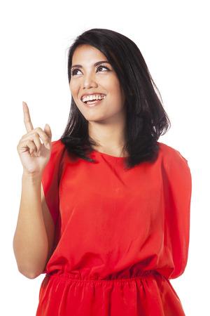 Portret van slimme jonge vrouw lacht graag en ziet er een idee te krijgen met de hand naar boven gericht