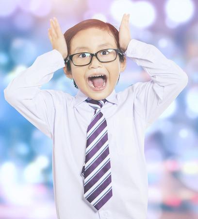 caras felices: Retrato de pequeño empresario gritando y parece confundirse, tiro con el fondo bokeh