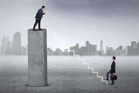 arrogancia: Líder de negocios Hombre de pie en la barra y gritando a su subordinado con un megáfono