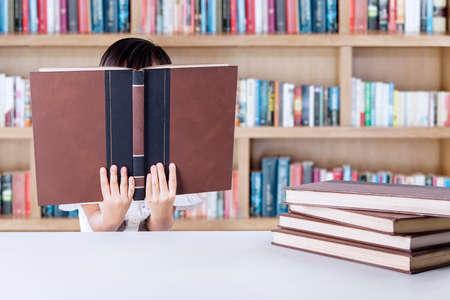 biblioteca: estudiante pequeña escuela jardín de infantes literatura lectura en la biblioteca en la escuela Foto de archivo