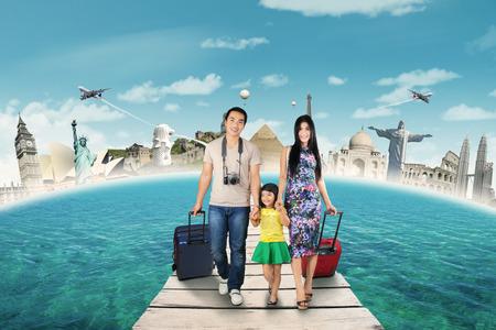 世界の記念碑に橋と世界記念碑の背景の上を歩いて幸せな家族との旅行のコンセプト