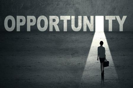 Empresaria camina hacia una puerta de oportunidad
