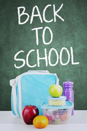 niño escuela: Cierre de almuerzo escolar para los niños de regreso a la escuela, un disparo en el aula con el fondo de pizarra Foto de archivo