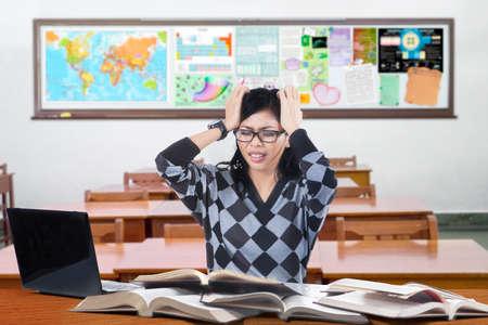 mapa china: Retrato de estudiante de secundaria que estudian en el aula y se ve estresante
