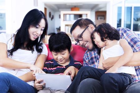 Du temps de qualité Famille jouant avec touchpad à la maison Banque d'images