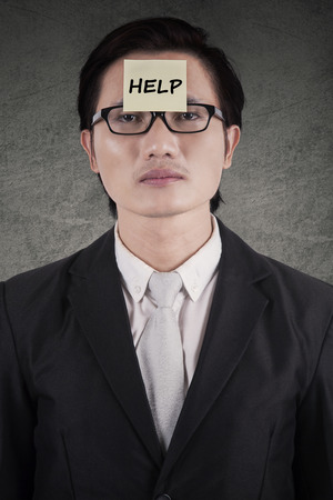 załączyć: Młody mężczyzna przedsiębiorca potrzebuje pomocy i załączyć tekst pomocy na czole