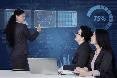 personas trabajando en oficina: Retrato de joven empresaria explicando los resultados de marketing a los colegas en la reunión