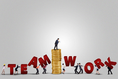 lider: L�der de negocios de sexo masculino con su equipo a hacer un texto de trabajo en equipo, aislado en fondo blanco Foto de archivo