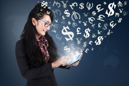 pieniądze: Obraz udanej kobiet przedsiębiorca podejmowania pieniędzy z dostępem do internetu i cyfrowym tablecie Zdjęcie Seryjne