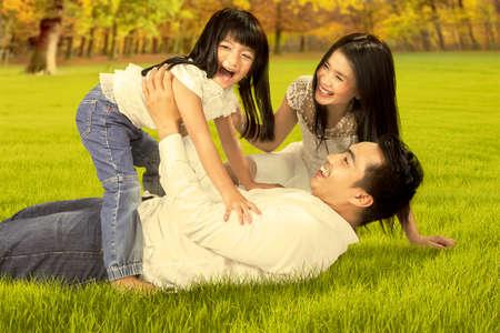 Portrait de l'heureux asiatique des vacances en famille profiter en jouant ensemble sur le parc de l'automne Banque d'images