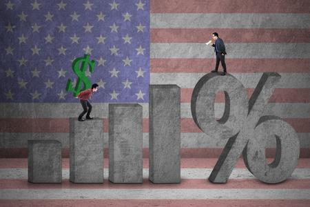 incremento: Empresario gritando con el megáfono a otro hombre de negocios con un signo de dólar de EE.UU.