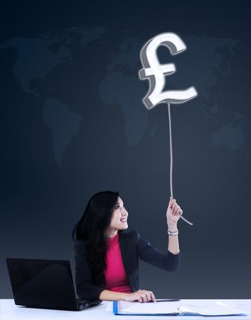 sterling: Felice imprenditrice pound afferrare profitto sterline Archivio Fotografico