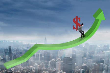 signo pesos: Joven hombre de negocios acertada que recorre en el gráfico de negocio en el ejercicio de la muestra de dólar al alza Foto de archivo