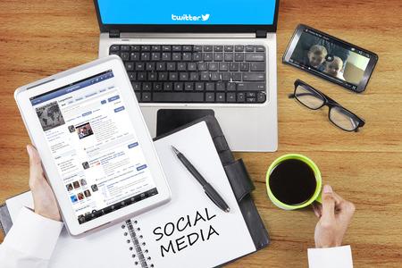 medios de comunicacion: YAKARTA, 09 de septiembre de 2015: Imagen de la persona manos sitio de redes sociales abierto de facebook, twitter, youtube y con un gadget Editorial