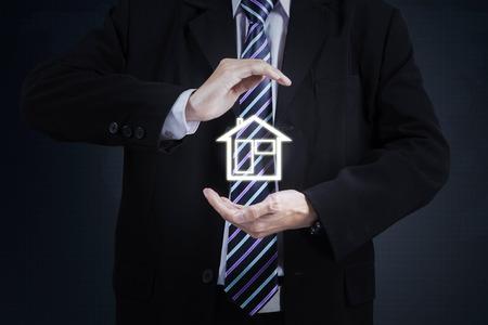 valor: Imagen de la mano de negocios proteger icono de la casa. concepto de seguro de propiedad Foto de archivo