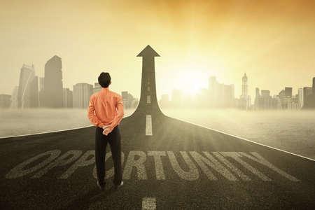 Homme d'affaires prospère trouvé une route d'occasion montante vers le haut, symbolisant une occasion de grandir entreprise Banque d'images - 49251077