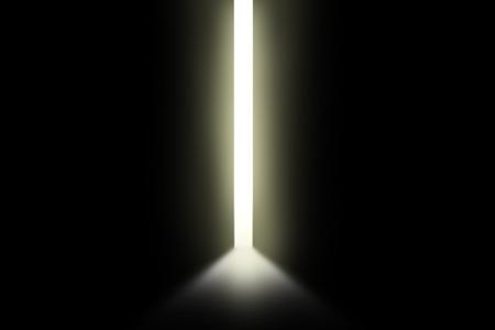 Une lumière vive à travers une porte ouverte dans la chambre vide