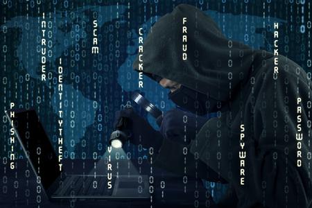 sistemas: Imagen de hacker varón usando lupa y linterna para robar la información en la computadora portátil