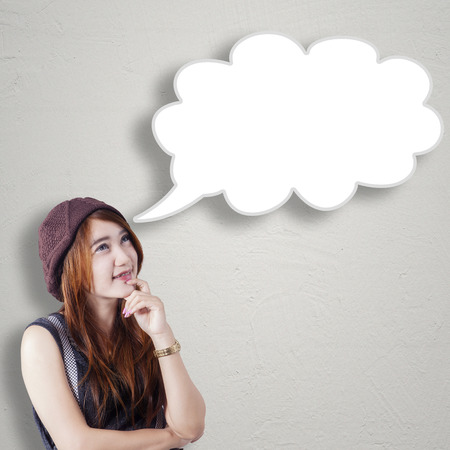 mujer pensativa: Foto de la bella adolescente idea pensando mientras mira con forma de burbuja en blanco