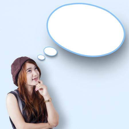 persona pensando: Imagen de la muchacha adolescente pensativo con ropa casual, mirando discurso nube vacía Foto de archivo