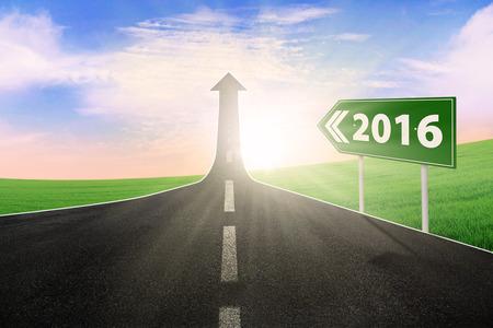 flechas: Imagen de la carretera vac�a con la flecha hacia arriba y los n�meros de 2016 en la se�al de tr�fico