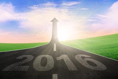 carretera: Imagen de la carretera vac�a con los n�meros 2016 en el asfalto y la flecha hacia arriba
