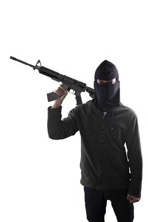 pistola: Concepto de terrorismo: Terorrist sosteniendo una ametralladora en la mano aislado m�s de blanco
