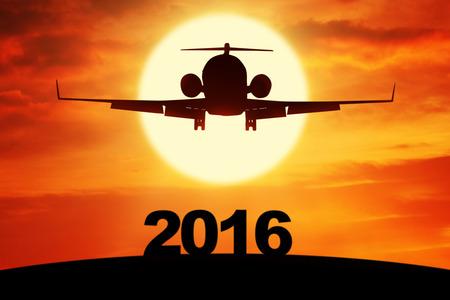 nouvel an: Silhouette des a�ronefs volant dans le ciel au-dessus de num�ros 2016, a tir� au coucher du soleil