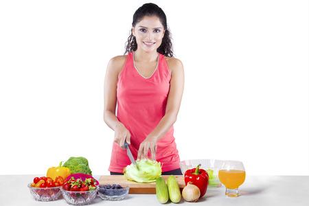 onion: Hermosa mujer joven con ropa deportiva, la preparaci�n para la s�per programa de dieta, aisladas sobre fondo blanco