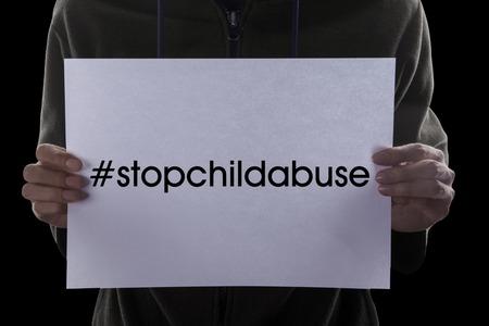 educacion sexual: Imagen del hombre que sostiene un papel con un texto de Pare la pederastia con el hashtag Foto de archivo