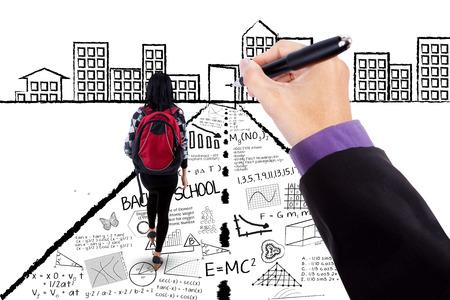 Femme étudiant marchant sur une route avec un dessin griffonnages à la porte de la réussite main Banque d'images - 49201862