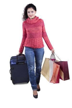 fille indienne: Jolie femme indien marchant dans le studio, tout en portant des vêtements chauds et portant des sacs avec une valise