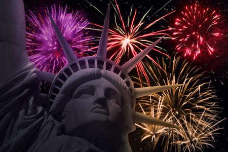 dia y la noche: Imagen de la estatua de la libertad con los fuegos artificiales de colores. Celebración del Año Nuevo en Nueva York