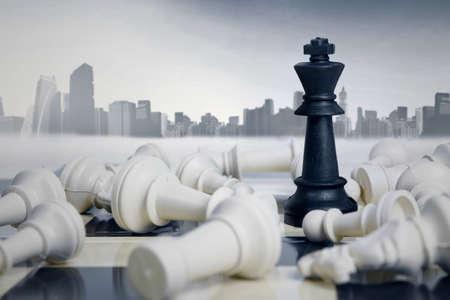 competencia: Negocio formación estratégica en el juego de ajedrez con el fondo de la ciudad