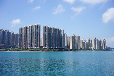 Afbeelding van het moderne appartementencomplex in de buurt van een meer onder de blauwe hemel Stockfoto