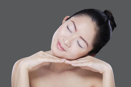mimos: modelo chino joven expresiva disfrutar de tiempo libre despu�s de mimos su piel Foto de archivo