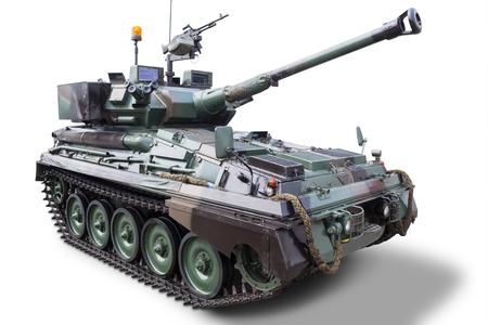 Imagen de un tanque militar con el cañón, aislado en fondo blanco