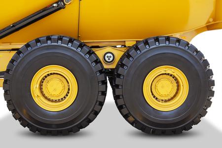 camion minero: Imagen de grandes ruedas del carro de mina con neum�ticos negros, aislados en fondo blanco