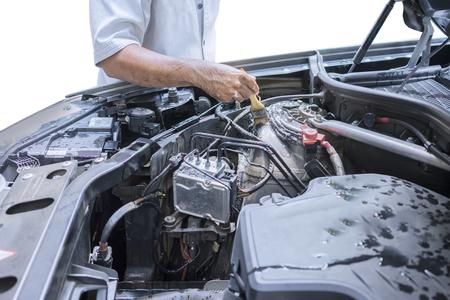 Foto von Arbeiter Hand das Auto Maschine mit einer Bürste reinigen zu entfernen Staub und Schmutz