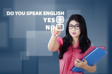 Kobieta student dotknięcie wirtualnego ekranu z tekstem Czy mówisz po angielsku Zdjęcie Seryjne